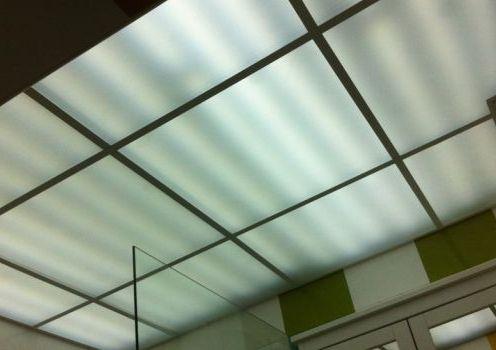 Искате светещ окачен таван в коридора, хола или дори банята