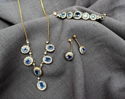 22nd August Fine Sale - Jewellery Lot 39. A cornflower blue and white sapphire necklace, bracelet and earrings set to a yellow metal claw setting and chain - purchased in Sri Lanka