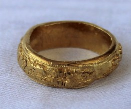 22nd August Fine Sale - Jewellery Lot 49. A Chinese yellow metal ring, the edge decorated with Chinese characters and flowers possibly 24ct gold approximately 21 grams