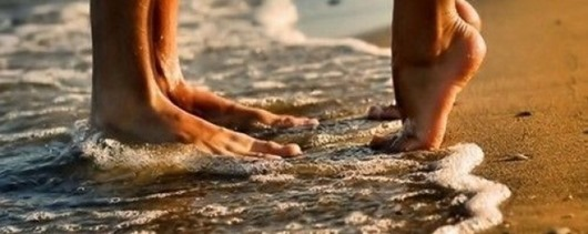 beach-feet-kissing-love