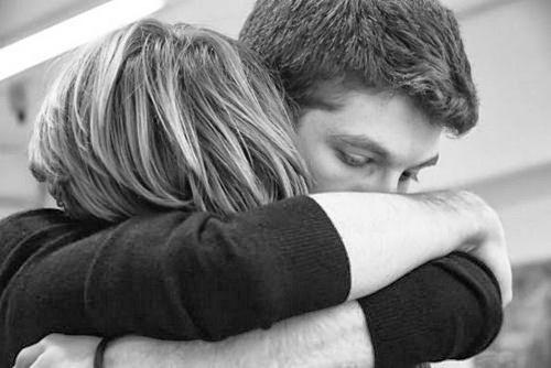 sad-coupies-hugging