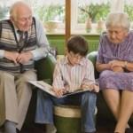 Πάππους και γιαγιά: Μια σχέση που χαλάει ή ωφελεί τα παιδιά;