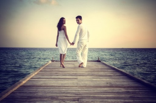 happy-loving-couple-in-white-clothes-posing-on-a-pier