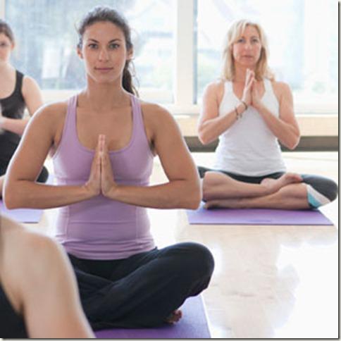 women-prac-yoga-class