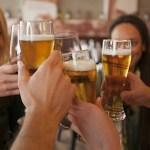 Ένα ποτήρι μπίρα μας κάνει πιο κοινωνικούς, αυξάνει την ομιλητικότητα και τη διάθεση να βρίσκεται το άτομο σε ανοικτό κοινωνικό περιβάλλον