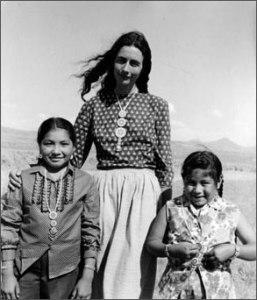Catherine mit indianischen Kindern