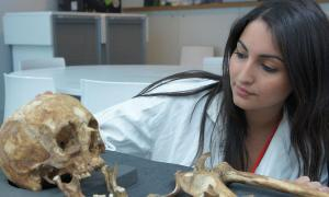 Dr. Sherry Nakhaeizadeh in a forensic lab