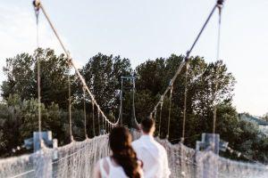吊橋を渡る男女