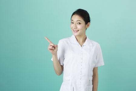皮膚科でピーリングをするのが良いケースを紹介する看護師のイメージ写真