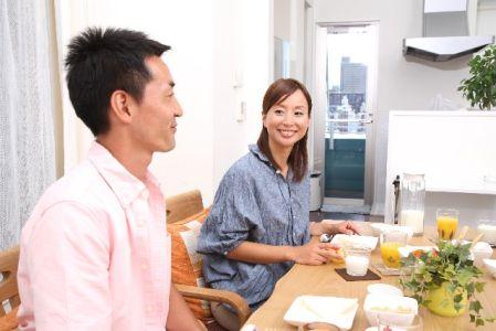 食事で食べ物を摂っている男女の写真