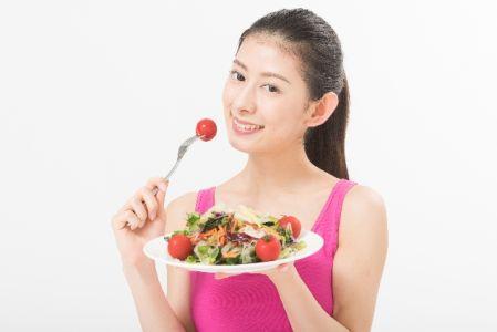 美白の為に食事を食べる女性の写真