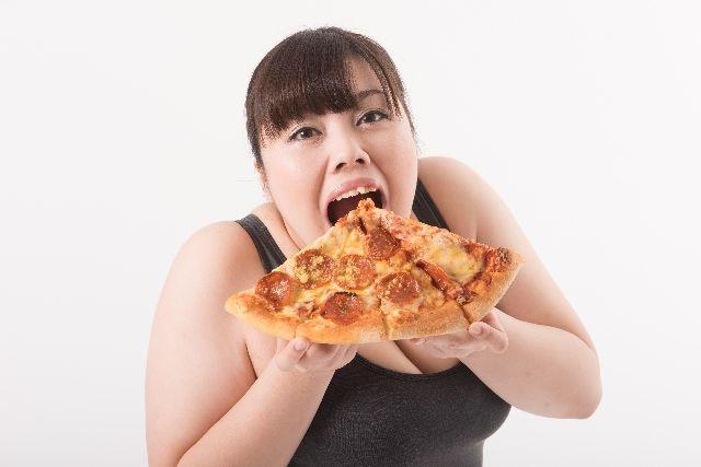 食べ過ぎの女性の写真