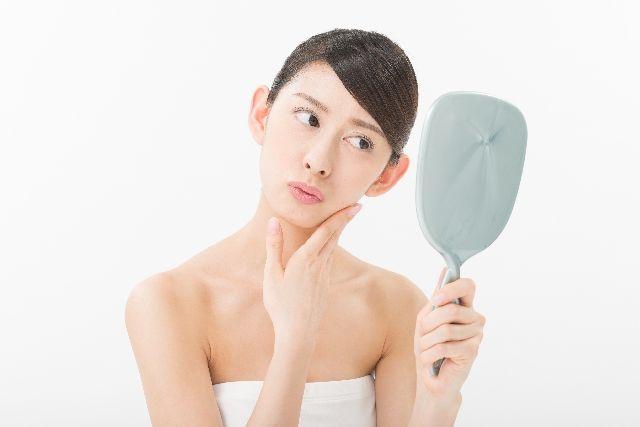 敏感肌に悩む女性の写真
