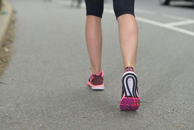 適度な運動としてウォーキングをする女性の写真