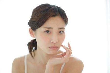 ニキビ予防の方法が気になる女性の写真