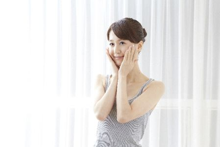 洗い流さないピーリングを使っていrう女性のイメージ写真