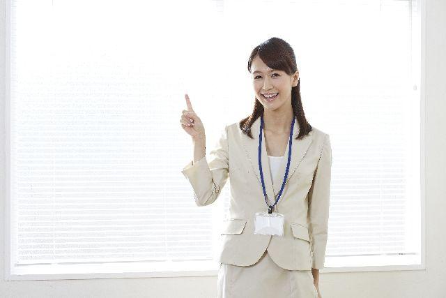 コメドプッシャーの使い方を説明する女性の写真