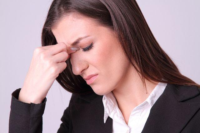 更年期障害に苦しむ女性の写真