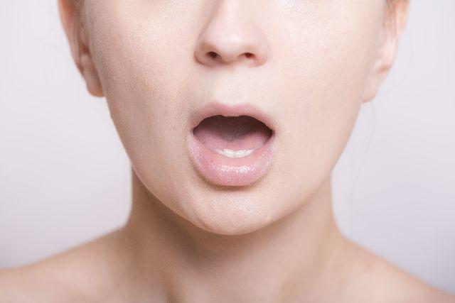 自分の口臭を簡単にチェックする方法を試す女性のイメージ写真