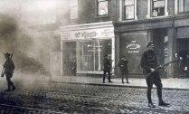 Войници се движат по опасните улици на Дъблин под прикритието на димни гранати, началото на декември 1920 г.