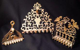 IT - Hanoukkah in bronzo, Marocco, inizi del 1900. EN - Hanoukkahs in bronze, Morocco, beggining of 20th century FR - Lampes d'Hanoukkah en bronze, Maroc, début du XX siècle Photo © Mg/Antichità al Ghetto SAS