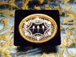IT - Spilla in lucite con cornice in bronzo, 1940 EN - Brooch in lucite with a delicate bronze frame, 1940 FR - Broche en lucite avec une petite cadre en bronze, 1940 - Photo © Mg/Antichità al Ghetto SAS