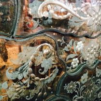 IT - Splendide incisioni su specchiera SALIR. Murano anni '50-60 EN - Wonderful etchings on a mirror by SALIR company. Murano 1950-60 FR - Merveilleuses gravures sur un glace de SALIR. Murano 1950-60 Photo © Mg/Antichità al Ghetto SAS