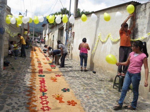 Making Alfombras for Corpus Christi Feast by Rudy Girón