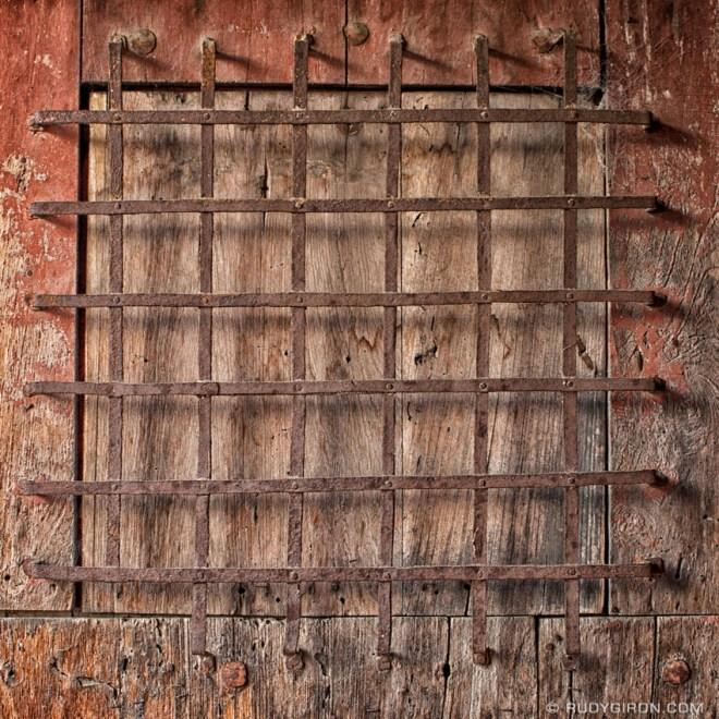 Rudy Giron: AntiguaDailyPhoto.com &emdash; Texture of Antique Metal and Wood from Antigua Guatemala