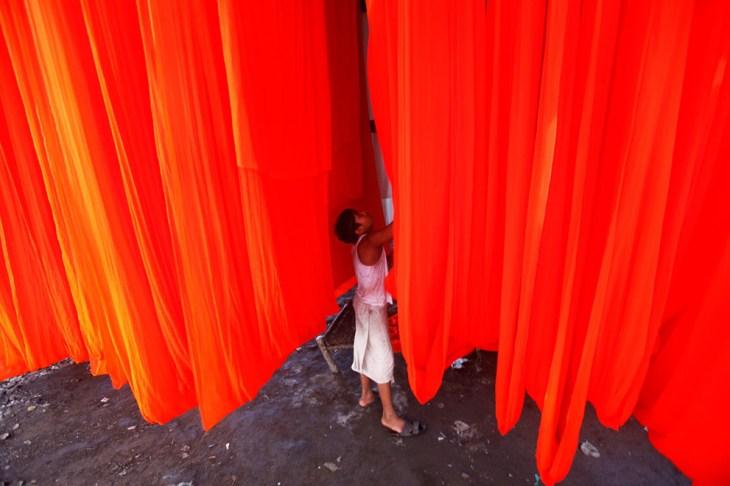 Αγόρι κρεμάει ρούχα σε εργοστάσιο βαφής στη Βομβάη, Ινδία