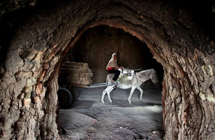 Κορίτσι από το Ιράκ σε εργοστάσιο τούβλων.