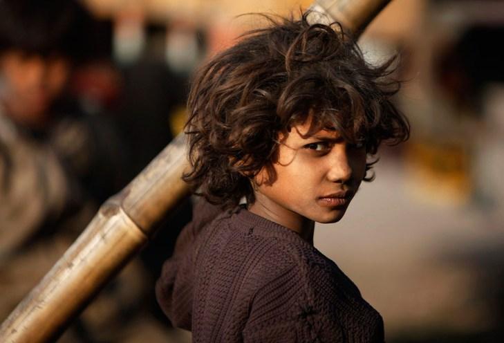 Η Ινδία παραμένει η χώρα με το μεγαλύτερο αριθμό εργαζομένων παιδιών στον κόσμο, παρά τις προσπάθειες των κυβερνήσεων να αντιμετωπίσουν το πρόβλημα μέσω της υποχρεωτικής εκπαίδευσης και προγραμμάτων καταπολέμησης της φτώχειας.