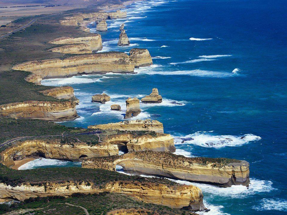Μια πανέμορφη, πετρώδη ακτογραμμή, η οποία είναι επίσης γνωστή με το όνομα «Η ακτή των ναυαγίων» (Shipwreck Coast), μια αναφορά στα πολυάριθμα πλοία που τα τελευταία 200 χρόνια παγιδεύτηκαν στους υφάλους της περιοχής και τελικά βούλιαξαν. Το πιο εντυπωσιακό, όμως, αξιοθέατο tτης περιοχής είναι οι Δώδεκα Απόστολοι (12 Apostles). Στην πραγματικότητα έχουν μείνει πια μόνο εννέα, αλλά ο αρχικός αριθμός τους τους έδωσε το όνομα που διατηρούν μέχρι σήμερα. Πρόκειται για βράχους μέσα στον ωκεανό, ύψους 45 μέτρων, που αποτελούν το κέντρο του πάρκου Port Cambell, το οποίο εκτείνεται από το Princetown μέχρι το Peterborough.