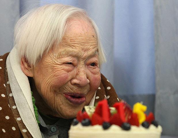Η Misao Okawa, η οποίος έχει αναγνωριστεί από το Guinness World Records ως η γηραιότερη γυναίκα στον κόσμο, έγινε 115 ετών και λαμβάνει μια τούρτα για τα γενέθλια της στο γηροκομείο Kurenai στις 5 Μαρτίου 2013 στην Οσάκα της Ιαπωνίας.