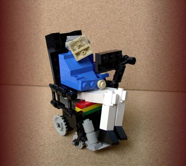 Το Lego kit Stephen Hawking,  ενός από τους μεγαλύτερους φυσικούς στον κόσμο, διάσημος για το έργο του σχετικά με τις μαύρες τρύπες. Εξαιτίας της πάθησής του μπορεί να επικοινωνεί μόνο κάνοντας συσπάσεις με το μάγουλο.