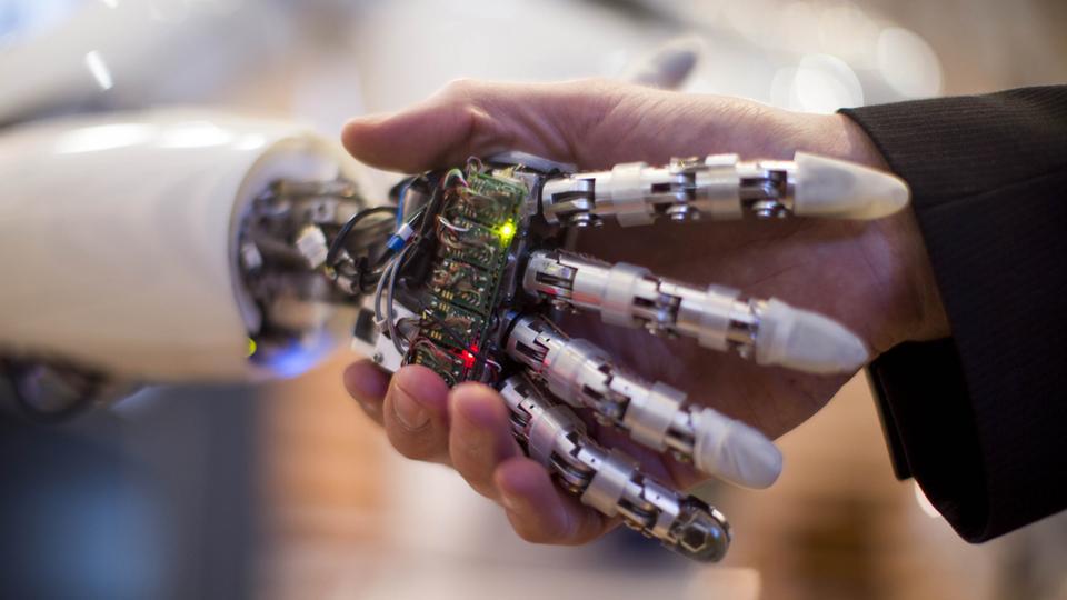 Επισκέπτης στην έκθεση  τεχνολογίας Cebit 2013 που γίνεται  στη Γερμανία, κάνει .χειραψία με το ρομπότ Aila.