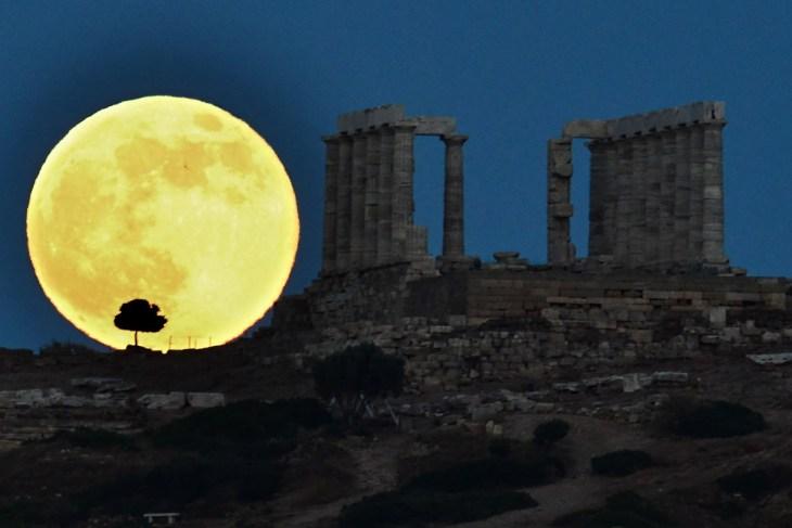 Η πανσέληνος ξεπροβάλει δίπλα στο ναό του Ποσειδώνα.