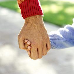 Γονιός κρατάει το χέρι του παιδιού
