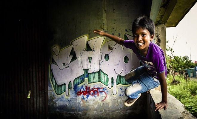 Φωτογραφία του Βρετανού Gavin Gough. Αγόρι παίζει στην Καλκούτα της Ινδίας.