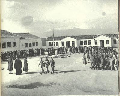 υποστολή σημαίας σε παιδόπολη τη δεκαετία του 1950