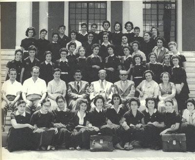 α και μια σχετικά πιο πρόσφατη φωτογραφία...το 5ο Γυμνάσιο Θηλέων Θεσσαλονίκης. Η ποδιά απαραίτητη στις μαθήτριες, το ίδιο και ο γιακάς...