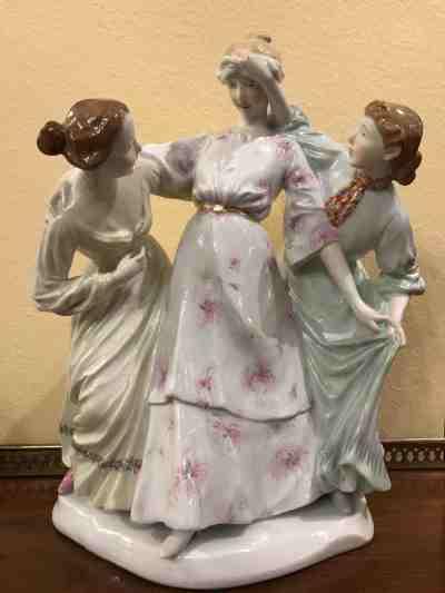 """Meissenfigur """"Drei Mädchen, Blinde Kuh spielend"""""""