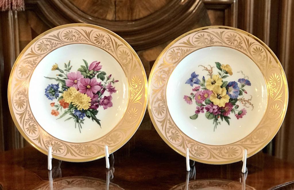 Zwei Teller mit Blumendekor