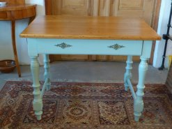 Tisch hellblau mit Verzierungen im Landhausstil