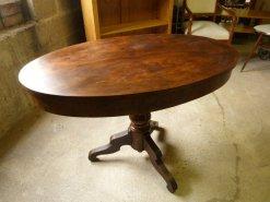 Antiker ovaler Tisch