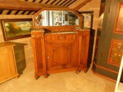 Antike Möbel mit Spiegel