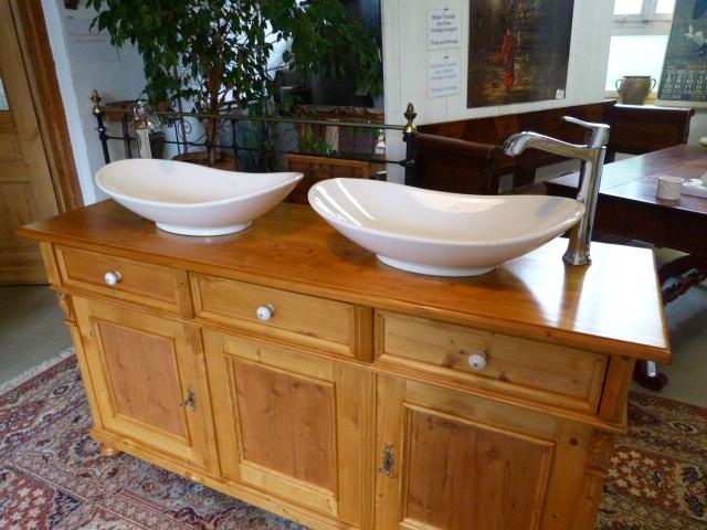 Doppelwaschtisch im Landhausstil. Naturholz. Waschbecken von Villeroy&Boch.