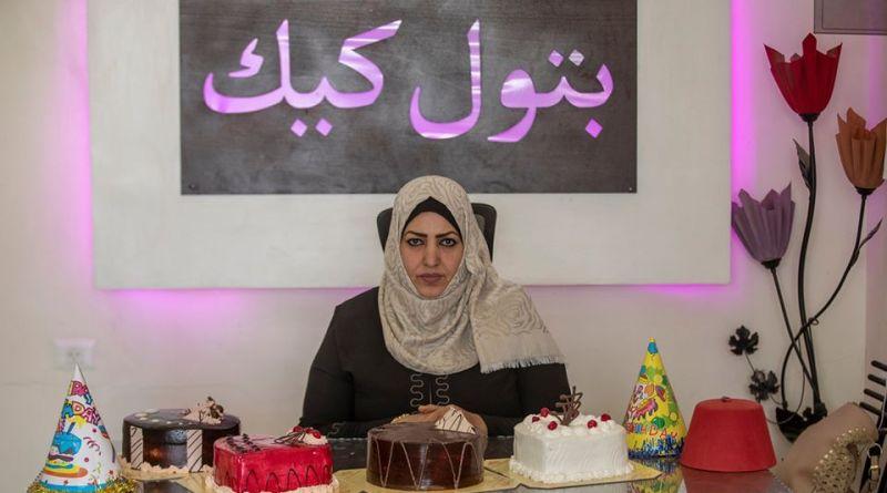 الريادية تهاني سليم تتخطى عقبات الكهرباء في غزة وتبدع في مشروع (بتول كيك)