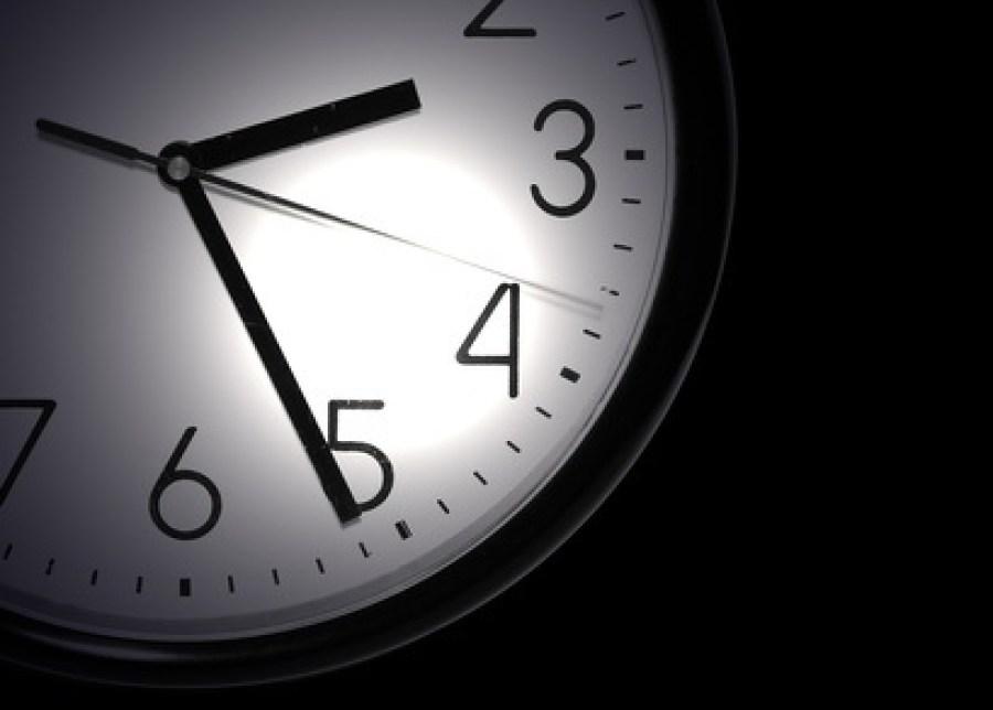 Une horloge au milieu de la nuit, une lampe de poche pour lire l'heure. Oh quel cauchemar.