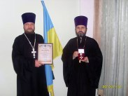 Протоиереи Виталий Приходько и Владимир Косточка с орденом «Єдність та Воля».